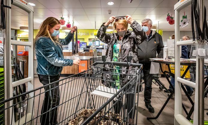 Bij de proef in de Plus-supermarkt van André van Reijen in Veldhoven kregen bezoekers in maart van dit jaar een sensor omgehangen.