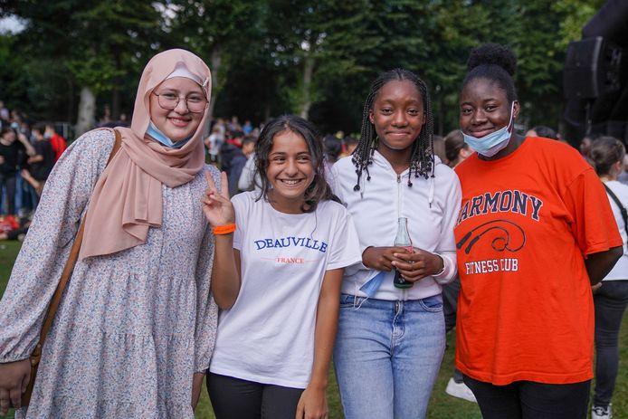 De OLVI-leerlingen vieren het 20-jarig bestaan van hun school in het park.