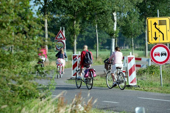 De op handen zijnde aanleg van een vrijliggend fietspad langs de J.B. Kanlaan en Evenboersweg biedt in ieder geval een oplossing voor de fietsende schoolkinderen.
