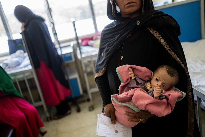 Archiefbeeld 15 september 2021: een Afghaanse vrouw houdt haar dochter van vijf maanden in de armen. Vrouwen en meisjes zouden de grootste slachtoffers zijn van het instabiele gezondheidssysteem in het land.