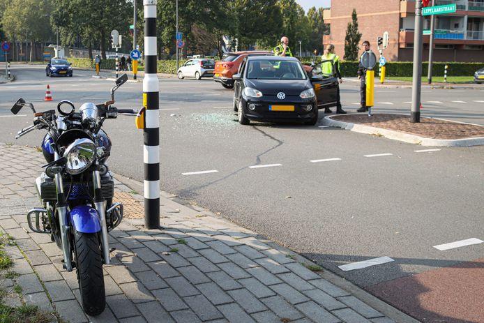 De motor en auto kwamen door onbekende oorzaak met elkaar in botsing in Velp.