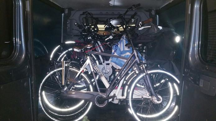 Achterin het busje stonden ook gestolen fietsen.
