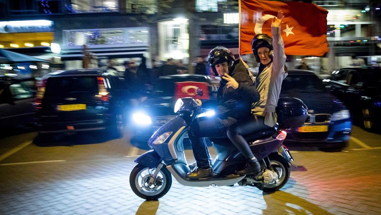 Turkse Nederlanders in Rotterdam vieren feest. Beeld afp