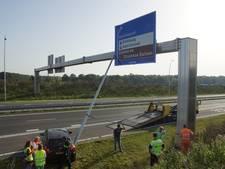 Lantaarnpaal valt op verkeersbord na botsing Midden-Brabantweg, inzittenden auto ongedeerd