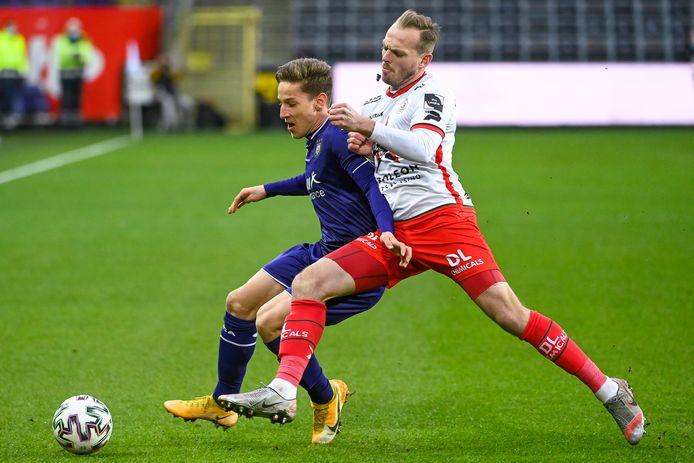Laurens De Bock verdedigt van kortbij op Anderlecht-speler Verschaeren.