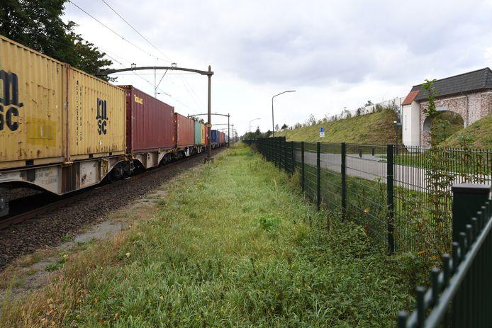 DORST, Foto Jan Stads / Pix4profs.  Foto van aanstormende goederentrein bij nieuwbouwwijk Boswachterij aan de Parallelweg bij Dorst. Rechts de toegangspoort die grenst aan het spoor.