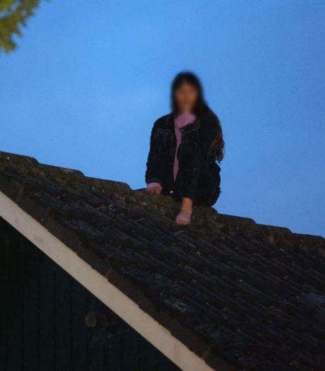 Brandweer redt jonge vrouw van dak in Haaren, wilde zonder sleutel via raam naar binnengaan