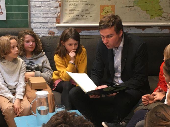 De burgemeester leest voor.