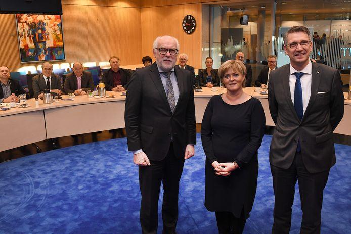 De burgemeesters Karel van Soest (Boxmeer), Marleen Sijbers (Sint Anthonis) en Wim Hillenaar (Cuijk) met de colleges van de drie gemeentes. Ze werken toe naar één grote gemeente per 1 januari 2022.