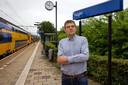 Theo Smit op het perron in Vught. De groenstrook tussen het spoor en de Van Miertstraat verandert volgens hem straks in een 2,5 kilometer lange woestijn.