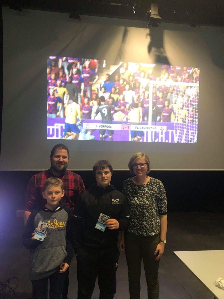 OUDENBURG - In Ipso Facto kwamen jongeren samen om te gamen op groot scherm. Luca Mylle (centraal) was de beste in het FIFA-tornooi.