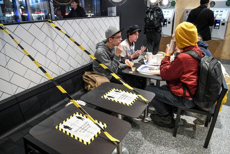 Fastfood met social distancing. Zweden voert nu toch strengere maatregelen in. Beeld via REUTERS