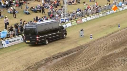 Ze arriveerden met het busje op het middenterrein.