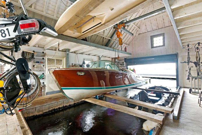 In het boothuis kan de boot uit het water worden getild zodat het lekker kan overwinteren alvorens in de lente weer uit te varen over de Vinkeveense Plassen.