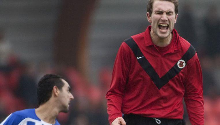 Lutzen Brink (rechts) van AFC ziet zijn doelpoging mislukken. Foto Marcel Israel Beeld
