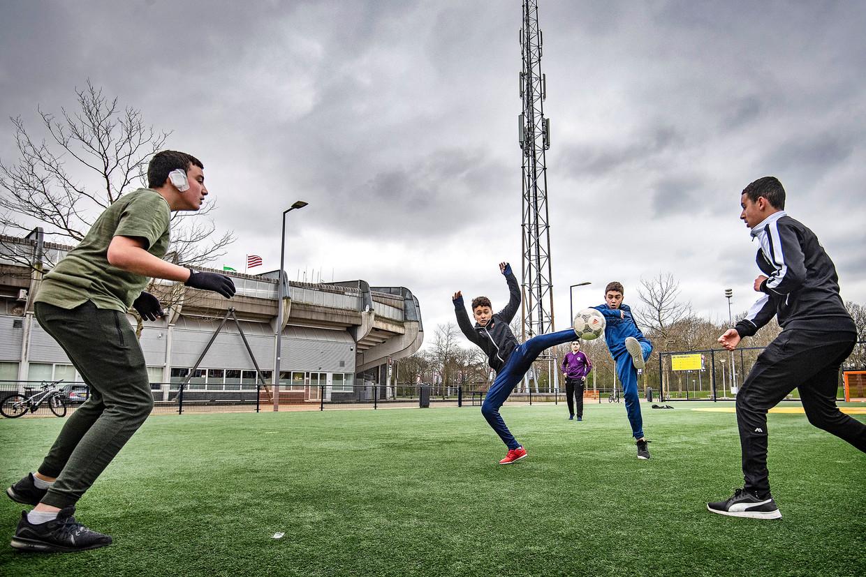 Jongens spelen op het Cruyff Court naast Het Kasteel, het stadion van Sparta. De Rotterdamse derby tussen Sparta en Feyenoord gaat niet door.