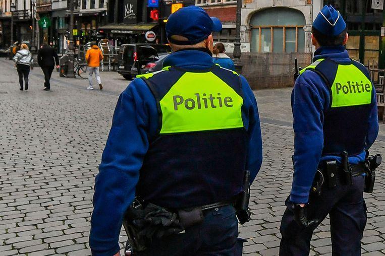 De politie van Antwerpen heeft vandaag boetes uitgeschreven omdat mensen zich niet aan de regels houden. Beeld Joel Hoylaerts/Photo News