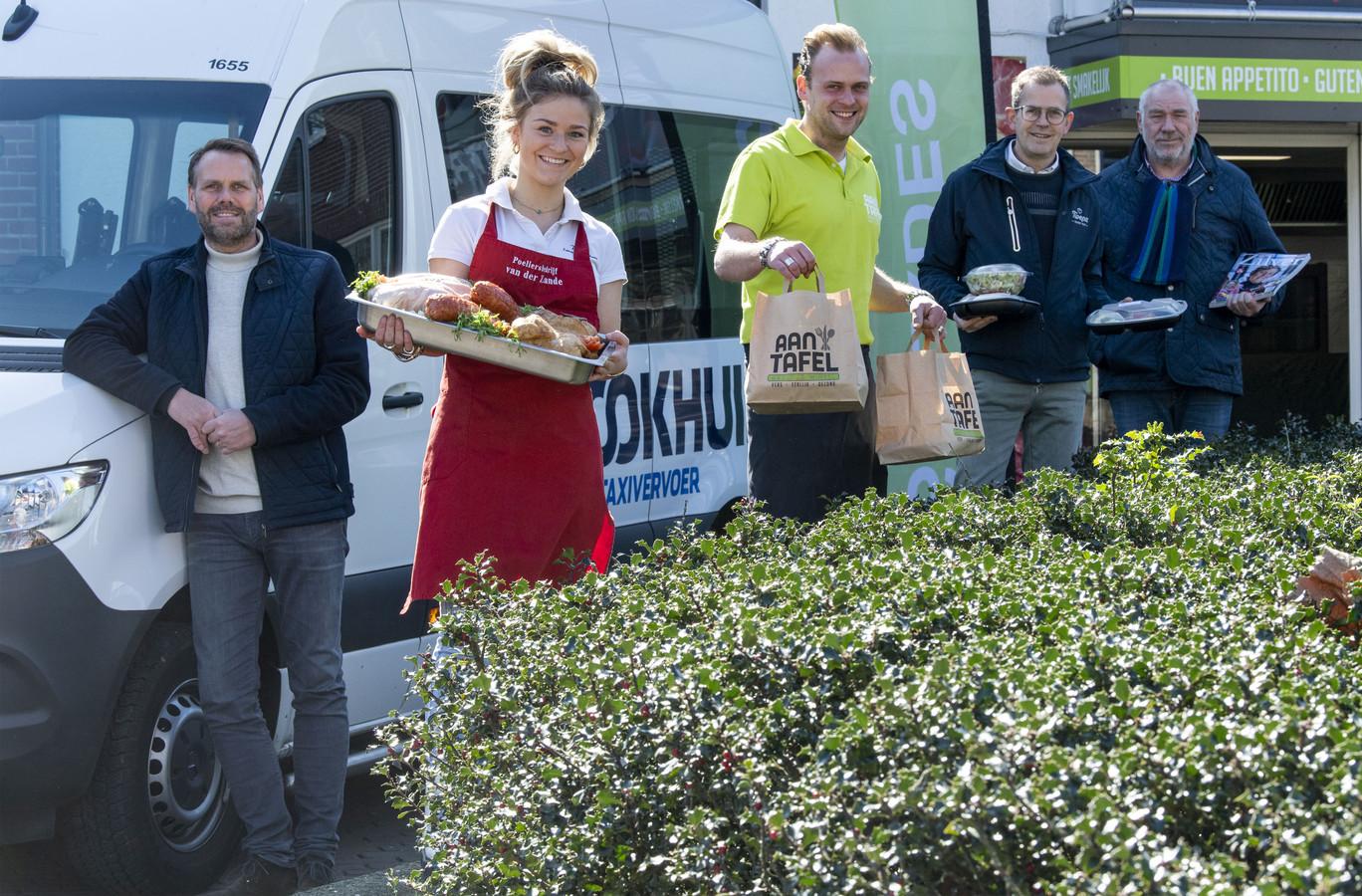 Erwin Brookhuis, Laury van der Zande, Rik Alink, Frank Biesthuis en Marcel Willemsen achter de actie om 500 gratis maaltijden aan huis te bezorgen bij ouderen in Noordoost-Twente die vanwege de coronacrisis hun huis bijna niet meer uitkomen.