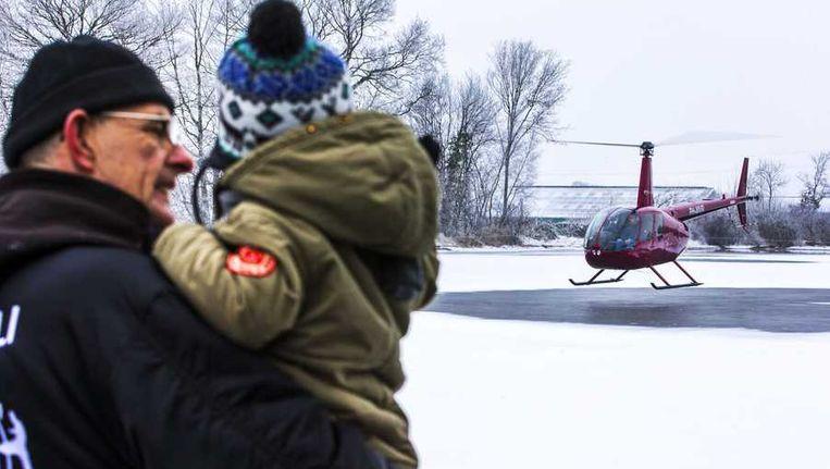 Een helikopter blaast de ijsbaan in Hulshorst schoon. Beeld anp