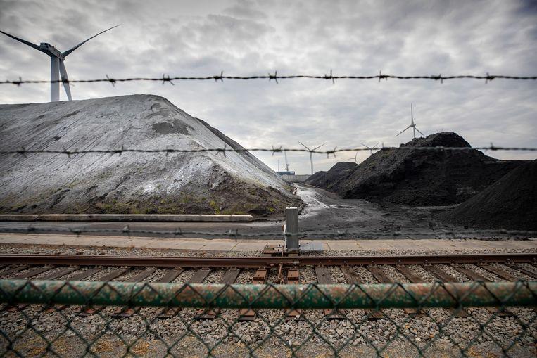 Zeeland, nabij Borssele: opslag van thermisch gereinigde grond in Nieuwdorp bij het bedrijf Ovet. Enorme bergen met een witte laag die schadelijke stoffen bevat. Beeld Werry Crone