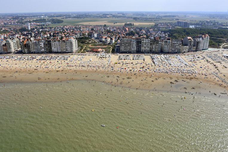 Luchtbeelden toonden hoe druk het gisteren was op de stranden van Knokke. Beeld BELGA