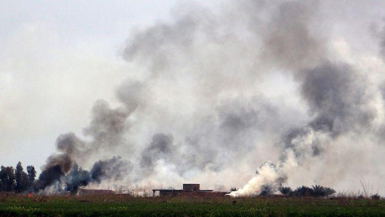 Rookwolken vandaag ten zuiden van Tikrit. Beeld epa