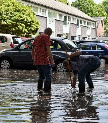 In Tilburg-Noord stroomt weer water uit de kraan, maar het zinkgat in de Sibeliusstraat gaapt nog