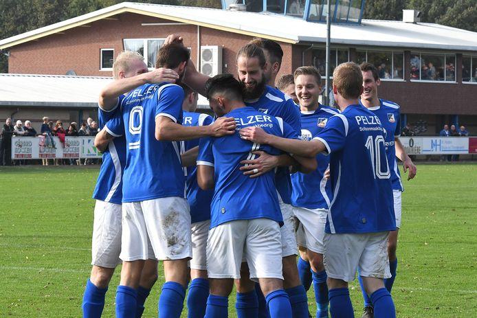 De spelers van Olympia'18 vieren weer een doelpunt van topschutter Douwe Zwaan (links op de rug gezien, met rugnummer 9).