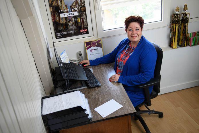 """Reisadviseur en ondernemer Monique Berkenbosch heeft wel een kantoor in huis, maar geen aparte ingang. """"En dan pies je qua steun naast de pot."""""""