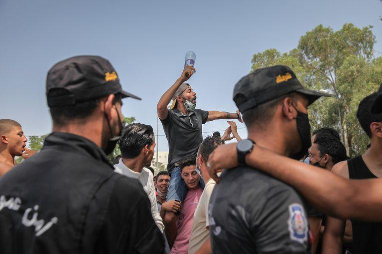 Een aanhanger van de Tunesische president roept slogans tegen de islamitische Ennahdha-partij tijdens een demonstratie. Beeld NurPhoto via Getty Images