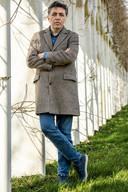 Schrijver Erdal Balci vergelijkt de Turks-Nederlandse gemeenschap met een gevangenis in zijn roman De Gevangenisjaren.