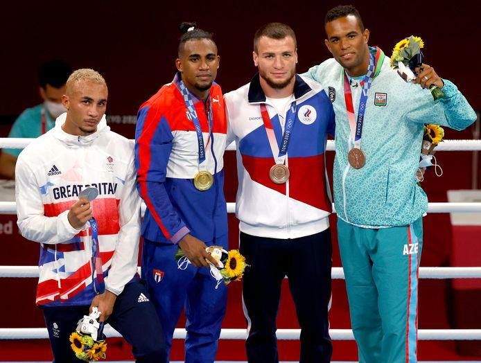 Benjamin Whittaker toont zijn medaille, omdat het moet.