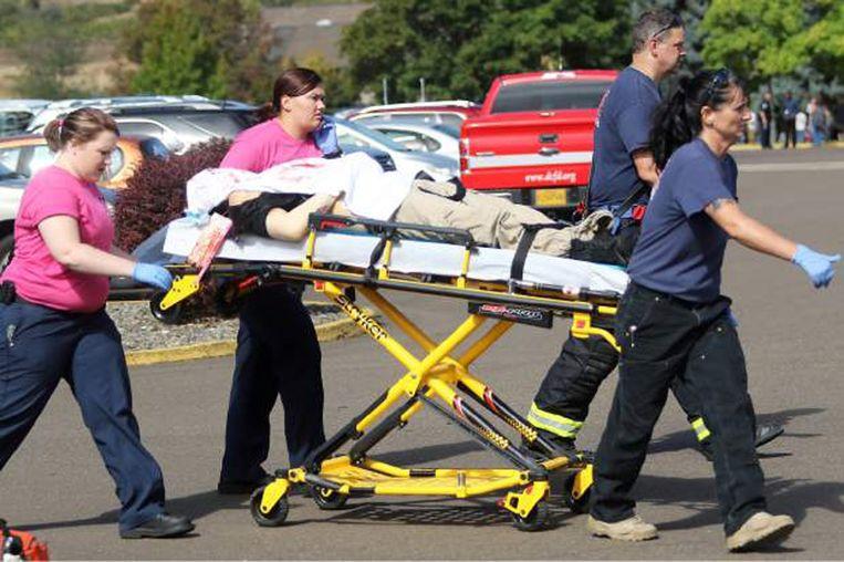 Een gewonde wordt weggevoerd na de schietpartij in Oregon Beeld reuters