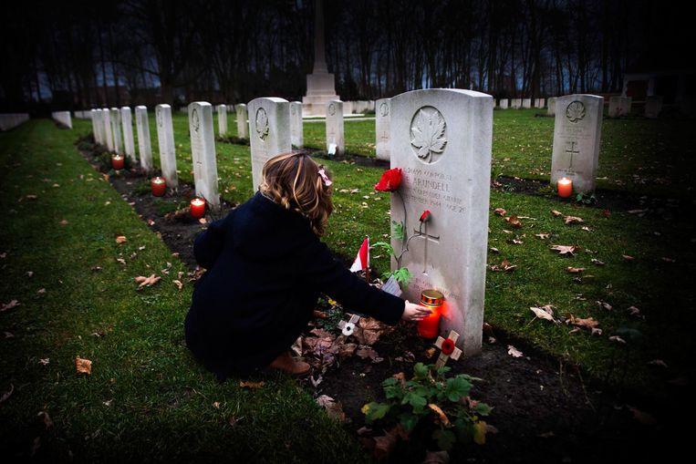 Kaarsjes aan de oorlogsgraven.