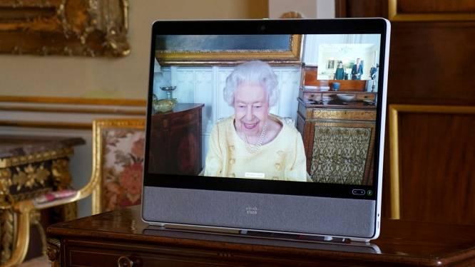 Koningin Elizabeth virtueel weer aan het werk na ziekenhuisopname