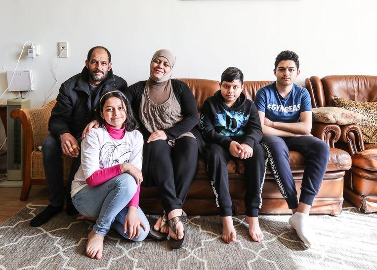 Mustafa en Melia Hamcho, met hun dochter Dalaa en zoons Mohammed (rechts) en Ilyas. Beeld Eva Plevier