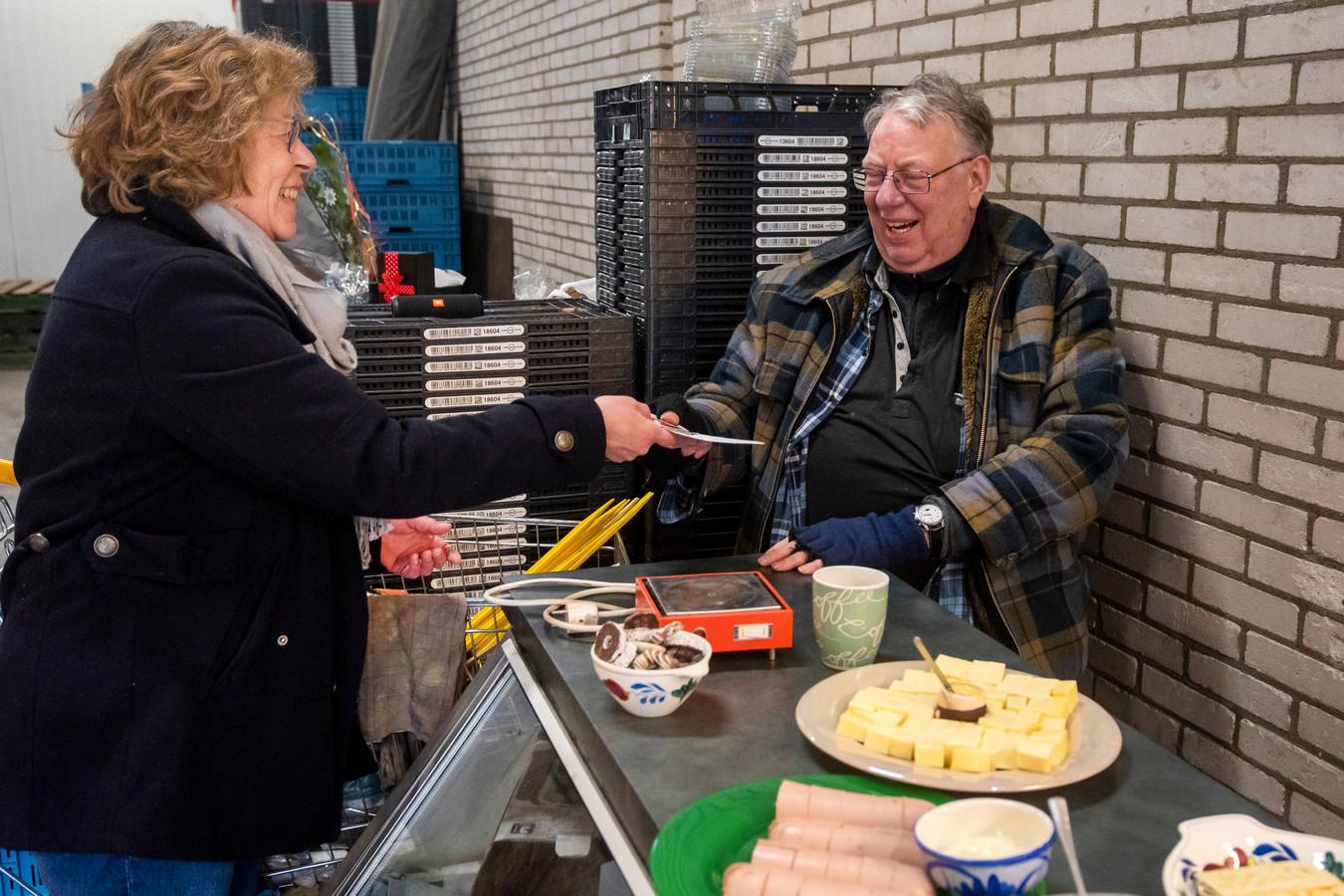 Een attentie voor Gradus Peeters tijdens zijn afscheid op 21 december vorig jaar. Bijna achttien jaar lang had hij twee dagen in de week de bewoners van de Brouwerijweg en omliggende straten voorzien van groenten en fruit.