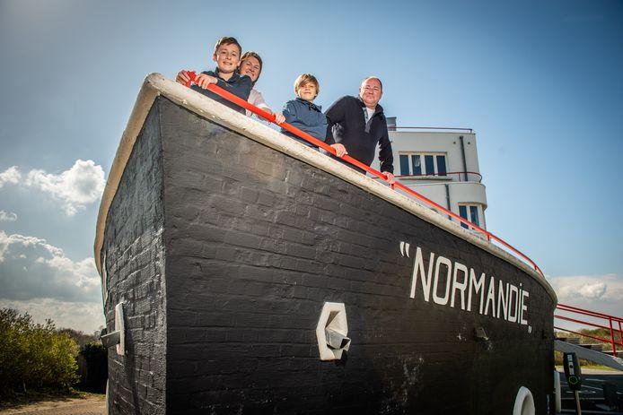 """De huidige eigenaars van De Normandie: Ellen Vandendries (44) en Timo Weiss (50), samen met hun zoontje Sander (vooraan) en neefje Achiel. """"Zeker op kinderen maakt het gebouw nog altijd veel indruk."""""""