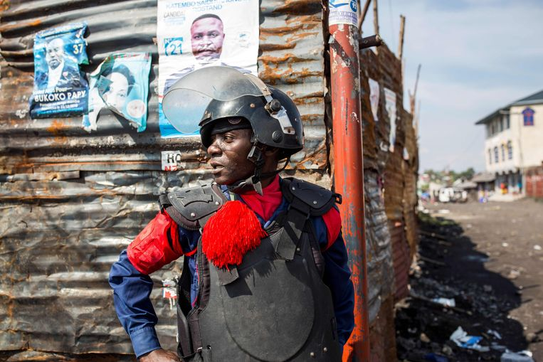 Een officier patrouilleert door de straten van Goma. Congo maakt zich op voor een gespannen verkiezingsdag. Beeld AFP