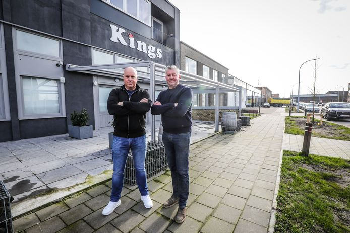 Hans Blanckaert (links) aan Kingsclub. Samen met Marc Wyseur, de 'patattenboer' in het filmpje, plant hij een straatfeest met drank en frieten.