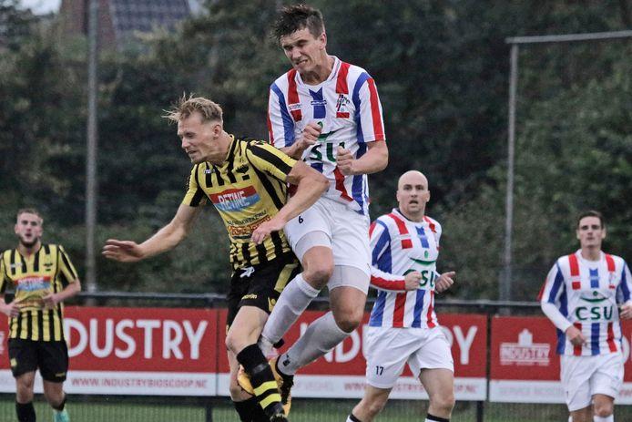 Willem Tieben doet zijn verdedigende werk voor het UDI'19 in het vriendschappelijke duel met WNC