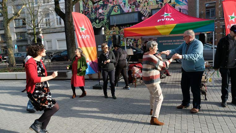 PVDA maakte van het plein Oever een tijdelijke dansvloer, voor de bewoners van de serviceflats en de buurt.
