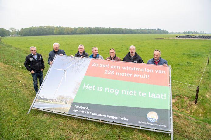 Actievoerders van Realistisch Duurzaam Bergentheim plaatsen in 2019 spandoeken tegen de mogelijke komst van windmolens.