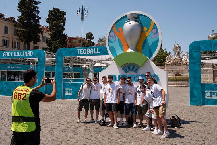 Italiaanse supporters hopen dat Italië vanavond haar tweede Europese titel ooit binnensleept. 'It's coming Rome.' Beeld Giulio Piscitelli