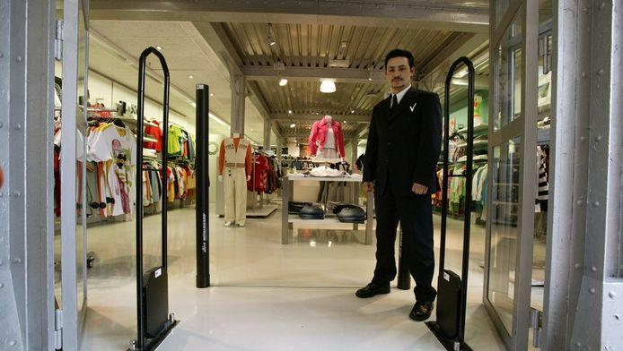 Detectiepoortjes en een beveiligingsbeambte in een kledingzaak.