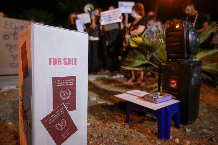 Deze zuil met neppaspoorten was vorig jaar onderdeel van een protest tegen corruptie op Cyprus.  Beeld Getty Images