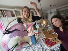 Mirjam en Lisette zitten klaar voor 'Kunst en een koekje' erbij