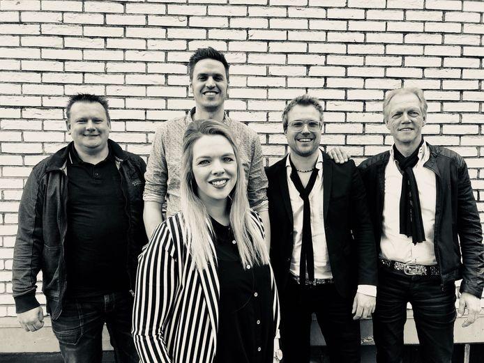 De band Lemonade treedt op bij het eerste liveconcert in het park