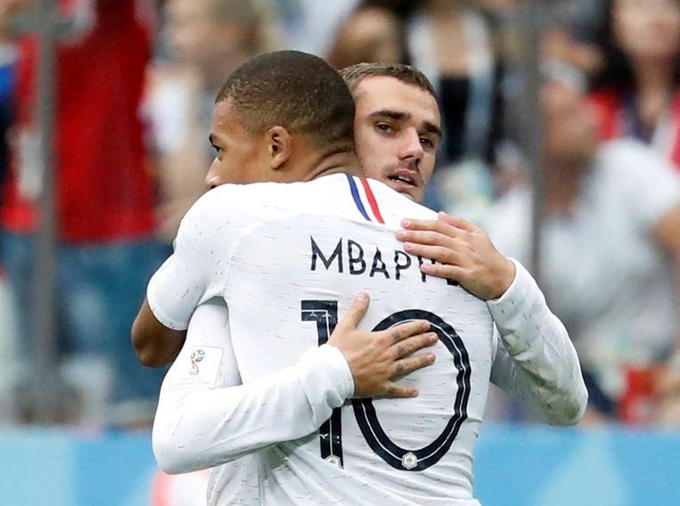 Kylian Mbappé scoorde de 0-2 in de WK-kwartfinale tegen Uruguay in het  Russische  Nizhny Novgorod. Hij krijgt felicitaties van Antoine Griezmann.