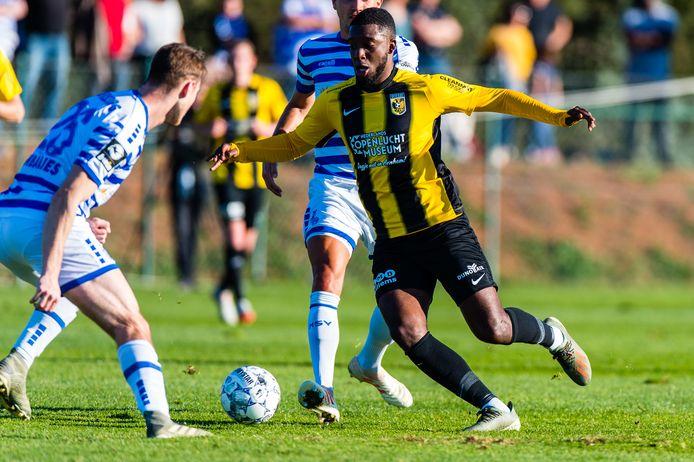 Vitesse-middenvelder Riechedly Bazoer zaterdagmiddag in actie tegen het Duitse MSV Duisburg.
